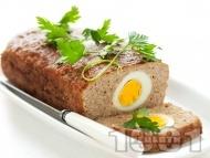 Лесно руло Стефани с телешка кайма пълнено с варени яйца, поднесено с гарнитура от картофено пюре